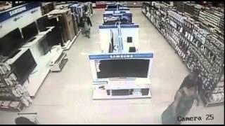 شاهد بالفيديو : امرأة أفريقية تسرق تليفزيون سامسونج وتخفيه بين ساقيها