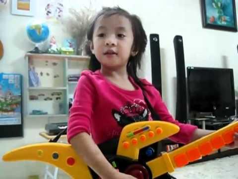 """Bé gái Việt Nam 4 tuổi hát """"Trouble is a friend"""""""