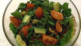 Салат  Салат из авокадо, помидор, оливок и зелени.