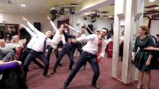 Парни классно танцуют на свадьбе, весело