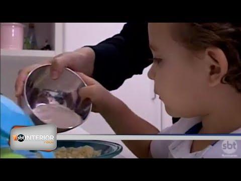 Reportagem mostra como mães estão selecionando alimentos saudáveis para consumo dos filhos