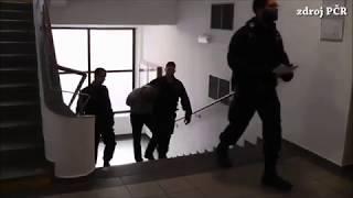 Policisté vedou podezřelého z krádeží aut k soudu