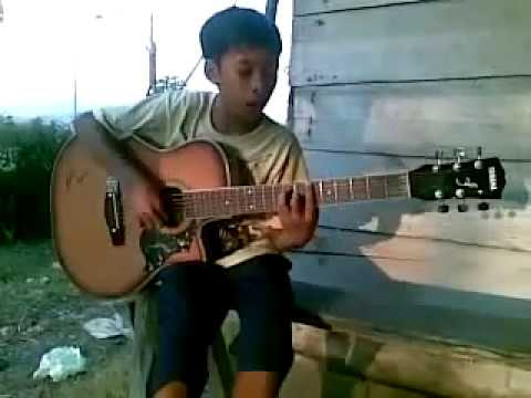 Pengamen nyanyi lagu dangdut dengan nada gitar keren