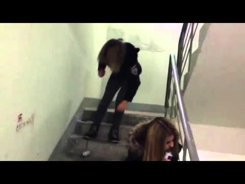пьяная девушка на лестнице видео