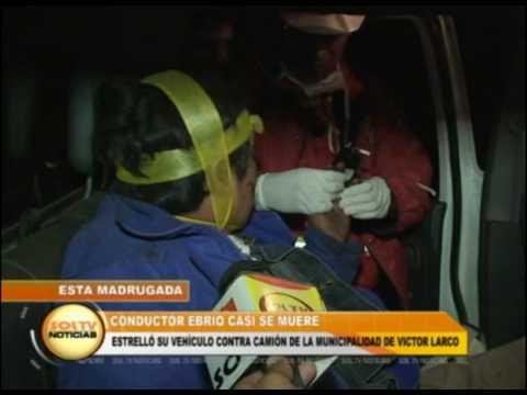 Conductor ebrio casi muere al estrellar su vehículo