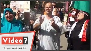 مواطنون يحتفلون بذكرى تحرير سيناء حاملين أعلام مصر