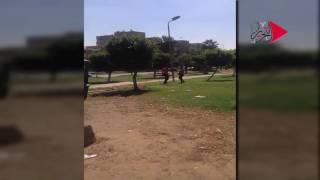 فيديو| أمين شرطة يعتدي على مواطن بسلاحه الميري: «اللي يقرب هضربه بالنار»