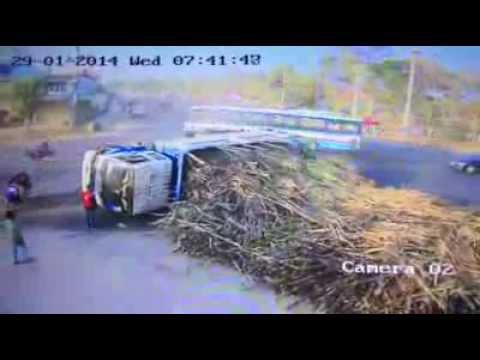 เสี้ยววินาทีแห่งชีวิต คุณยายโคราชรอดหวุดหวิด เกือบโดนรถบรรทุกอ้อยเทกระจาดใส่
