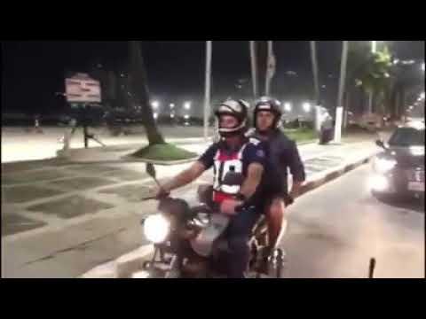 Bolsonaro aproveita folga da Páscoa e dá volta em moto no Guarujá