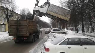 У Володимирі сміттєвоз евакуював стареньку ''Газель''