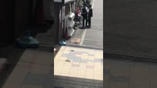 通りすがりに撮影しました めっちゃキレてる警察にめっちゃ怯えるおっさん.