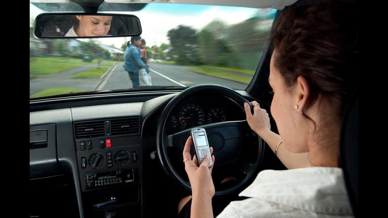 Resultado de imagem para celular dirigindo