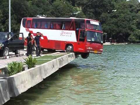 รถทัวจะลงเล่นน้ำที่หาดปาตอง ภูเก็ต