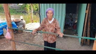 Bà cụ 97 tuổi vượt 5 cây số hái rau dại bán kiếm 5 ngàn đồng mua gạo