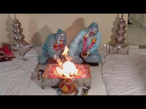 شاهد: رغم الأزمة الصحية في بلاده وإصابته بكورونا.. عريس هندي يحتفل بزفافه…