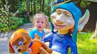 Настя и игрушечный друг Зума в парке Липриконов