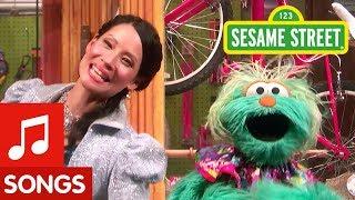 Sesame Street: Lucy Liu and Rosita Sing My Favorite Sneakers Song