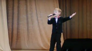 Маленький талант! Мальчик трогательно поет песню про войну
