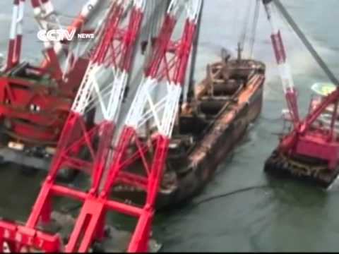 China lifts 60,000 ton freighter out of water