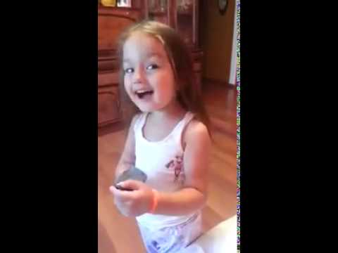 маленькая девочка красиво строит глазки!!!