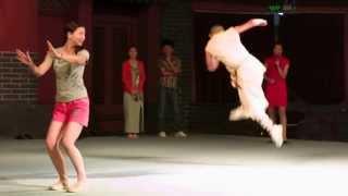 Монах Шаолинь показывает еще один стиль китайского Кунг-Фу