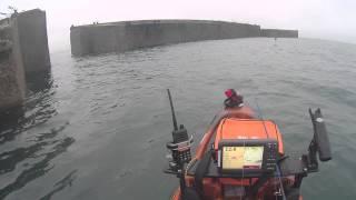 Extraits pêche de la daurade en Kayak RTM en drop shot dans le port artificiel d'Arromanches (D-Day)