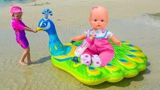 Настя и кукла Лола играют на детской площадке