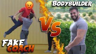 Bodybuilder VS Faux Coach (il le soulève comme un altère)