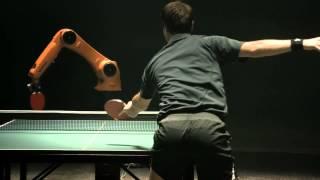 Соревнование в теннис  между человеком и роботом