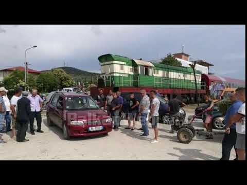 Aksident i frikshëm në Dushk, treni përplas një makinë