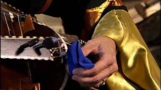 Hurdy-gurdy DVD: Applying cotton to the strings; Der Fuggerin Tanz