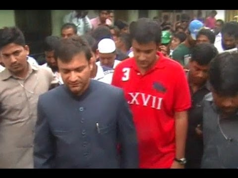 akbaruddin owaisi along with his son noor uddin owaisi in a pad yatra in riyasath nagar youtube. Black Bedroom Furniture Sets. Home Design Ideas