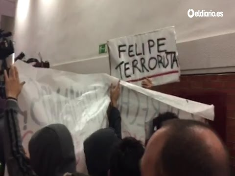 "La Universidad Autónoma recibe a Felipe González con pancartas de ""Felipe Terrorista"""
