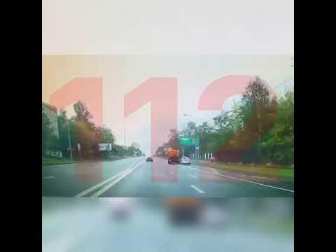 Машина полиции столкнулась с поливальной в Москве