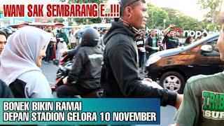 Download Video Di Depan Stadion Gelora 10 November Para Bonek Mania Lakukan Hal ini | Wani Berbagi Kebaikan MP3 3GP MP4