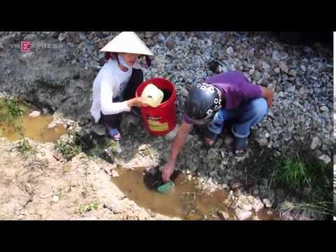 Video: Tàu trật bánh vì tảng đá trên đường ray