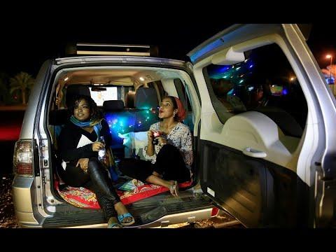 السودانيون يشاهدون الأفلام من سياراتهم لأول مرة  - 03:00-2021 / 3 / 3