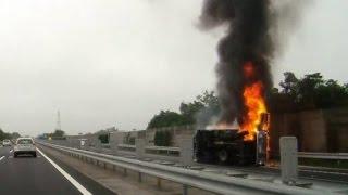 高速道路上で車両火災と、渋滞の様子