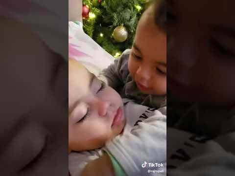 Two Cute Baby Video.. Uski Hame Aadat Hone Ki Aadat Ho Gayi.. Belongs To True Love Also..