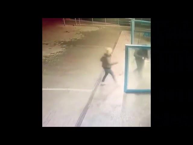 Un hombre moja a su pareja con agua helada para 'enfriar' una acalorada discusión