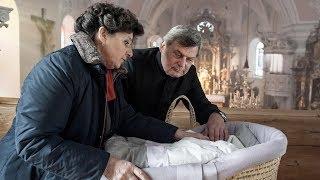 Der plan familie gruber, besinnliche weihnachten zu verbringen, will nicht so recht aufgehen. denn lisbeth entdeckt in kirche nach einer chorprobe ei...