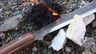 Rozdělávání ohně- křesání křemenem o mačetu
