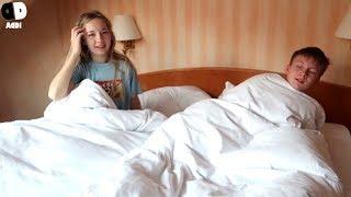 Fröhlich nasse Wochenend Morgen Routine im Hotel