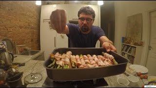 Мужчины на кухне бекон и спаржа
