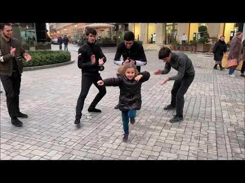 Lezginka Tarqovu 2020 Лезгинка В Торговом Центре В Баку Парни Четко Танцуют С Малышом ALISHKA
