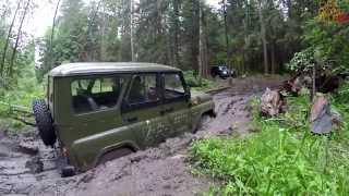 UAZ Patriot спасает UAZ Hunter из грязевого плена