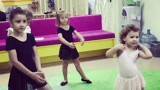 Обучение танцами в детском клубе Мама и Я