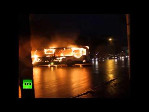 Autobús incendiado transita por las calles de Rusia