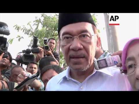 Former Deputy PM Anwar Ibrahim and Prime Minister Najib Razak vote