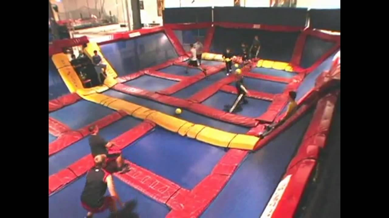 Balle au prisonnier sur des trampolines youtube - Trampoline saint etienne ...